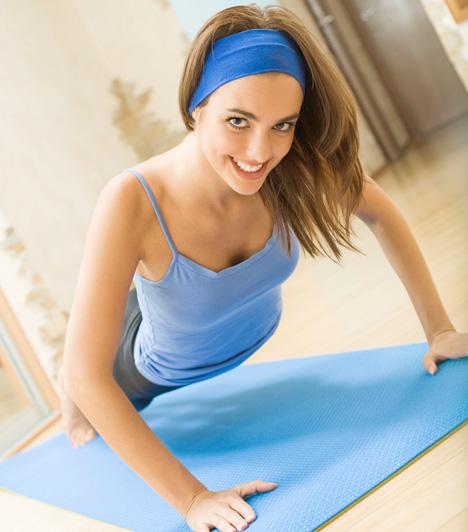 Edzés                         A férfiak imádják bámulni az aerobikozó vagy más módon edző nőket, négy okból minimum. Az elsődleges ok a tornagyakorlatok közben felvett póz, a másik a szexi, gyöngyöző bőr, a harmadik a testhez álló edzőruha, a negyedik pedig a torna közben hangzó halk sóhaj. Az edzés tehát egy nagyon jó eszköz, ha fel szeretnéd ébreszteni a férfiben a vágyat. Edzz otthon a szeme láttára, vagy menjetek együtt edzőterembe, és meglátod, nem sokáig bírja tétlenül nézni.