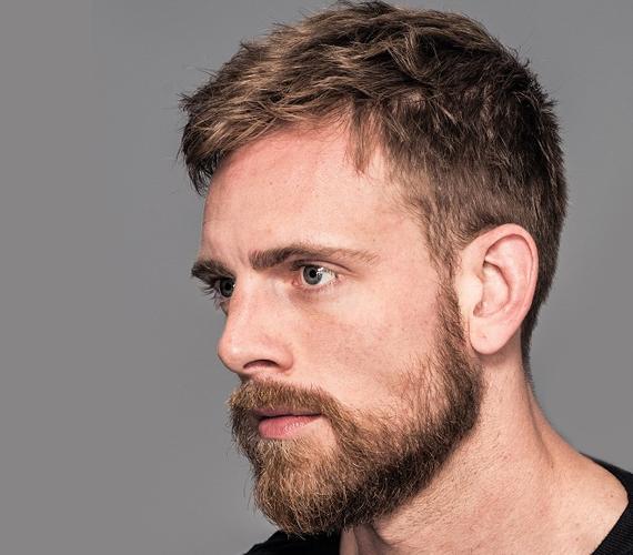 A legjobb választásnak talán a hagyományos, egyszerűen rövidre vágott frizurát viselő férfiak bizonyulhatnak, hiszen ők egy szemernyit sem foglalkoznak többet a hajukkal, mint amennyit valakinek férfiként kellene. Számukra valószínűleg sokkal fontosabb dolgok is léteznek a menő frizuránál, ami valljuk be, párként abszolút jó tulajdonság lehet, mivel komoly, felnőtthöz méltó gondolkodásra utal.