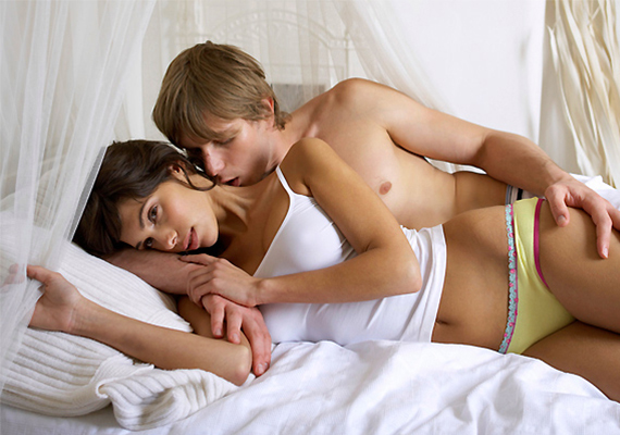 Kiskifli-nagykifli                         A férfi, aki ezt a szexpózt szereti legjobban, igazi latin szerető típus lehet, hiszen egyszerre vágyhat szenvedélyes, izgalmas és szerelmes, romantikus együttlétekre. A pózban azt szeretheti, hogy gyönyörködhet párja szexi vonalaiban, és végig hozzásimulhat, miközben mégsem a klasszikus misszionáriusban zajlik a szex.