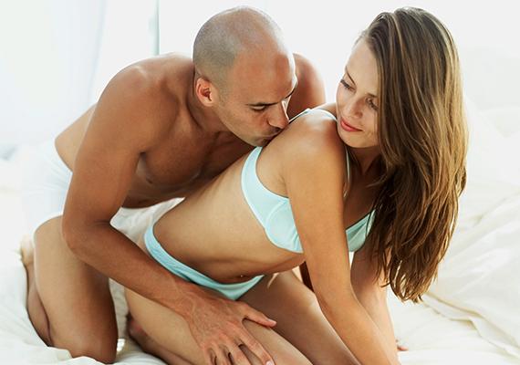 Kutya pózban                         A kutya póz a kedvence? A férfi feltehetőleg nem szereti az egyhangúságot, sőt, szinte tudatosan küzdhet ellene az életben, a kapcsolatban általában, illetve a szexben is. Fő ellensége a megszokás lehet. Párjával tüzes, vad együttlétekre vágyhat, és szex közben odalehet a kedvese nyújtotta látványért.