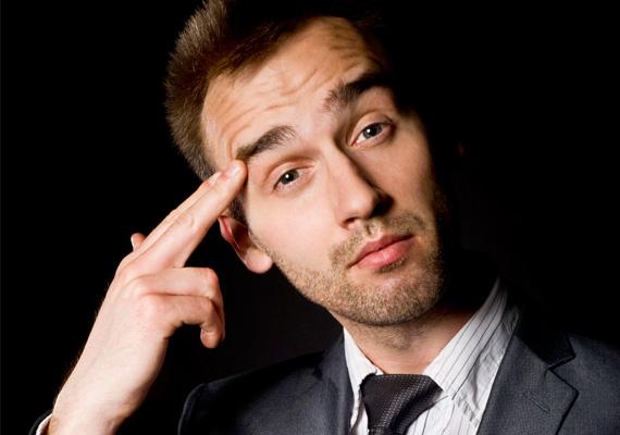 Felhúzott szemöldök, hunyorgásAmikor egy férfi ezt csinálja, elgondolkodik, mégpedig a nagy bölcselő fejével, és ítéletet hirdet magában egy bizonyos dolgot vagy személyt illetően.