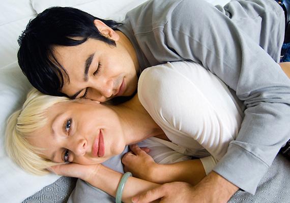 Éjjel-nappal                         Az ölelés gyakorisága is sokatmondó: ha a férfi jártában-keltében gyakran megölel, és még éjjel is szeret nagy kifli lenni mögötted, akkor nagy valószínűséggel imád.