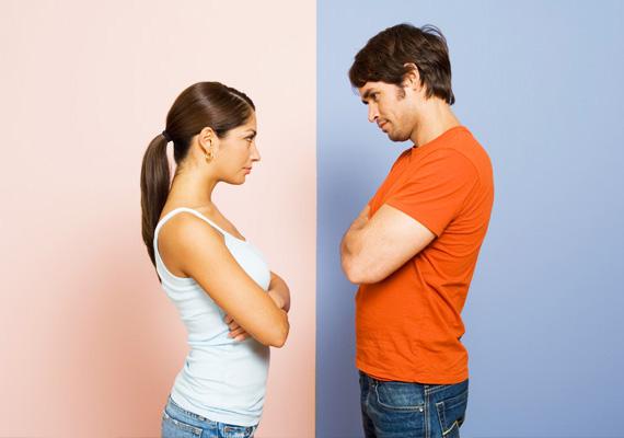 Nem ölel meg                         Ha a férfi nem ölel meg, akkor sajnos előfordulhat, hogy érzelmei már nem a régiek, de igaz, ami igaz, sok pár le is szokik róla idővel, még ha szeretik is egymást. Próbáld visszahozni a szokást, és nézd meg, hogy reagál!