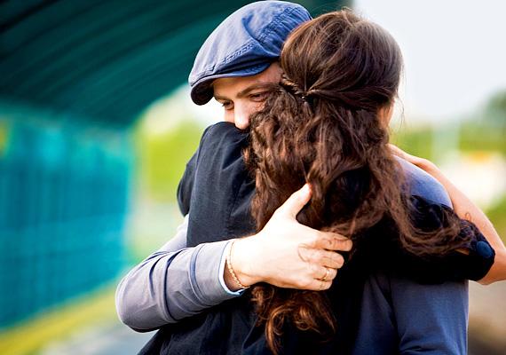 Szoros ölelés                         A férfi szerelméről az erős, hosszú ölelés árulja el a legbiztatóbbat, ennek alapján ugyanis fülig szerelmes. Minél kevésbé szoros a férfi ölelése, és minél rövidebb, annál kevésbé lehet ez igaz.