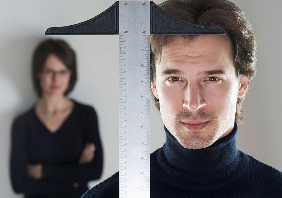 A legtöbb férfi a magasságát túlozza el. Ez ugyan a nőkre is jellemző bizonyos mértékben, ám esetükben felesleges, mert míg a magasabb férfiak valóban több levelet kapnak, a nők közül az alacsonyabbak népszerűbbek.
