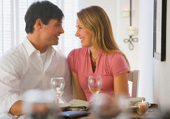 Közel és szembe fordulva ülHa a pasi a randin egyre közelebb és közelebb ül hozzád, és szinte végig veled szembe fordulva helyezkedik el, azt a testbeszéd szótára szerint lefordíthatod úgy is: tetszel nekem.