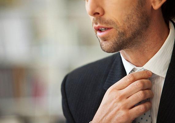TollászkodikHa a nyakkendőjét, vagy inggallérját igazgatja, esetleg néha a hajához is nyúl, abból azt olvashatod ki, hogy a pasi tetszeni akar neked, ami pedig egyértelmű jel, hogy bejössz neki.