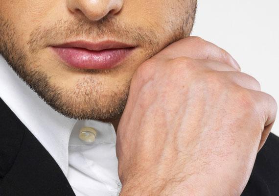 Ha az állát, az orra hegyét, a szája környékét is babrálja, nyert ügyed van, a férfi nagyon vonzónak találhat. Ezen a területen ugyanis a vonzalom miatt megemelkedő vérnyomás hatására enyhe bizsergést érezhet, ami erre az önkéntelen mozdulatra készteti.