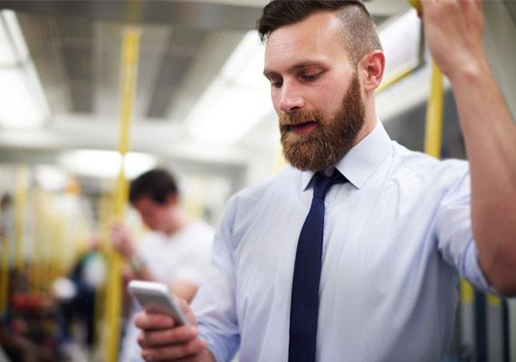 Bár mostanság szinte mindenki mobilozik a tömegközlekedési eszközön, a telefon elővétele azt is jelentheti, hogy a férfi zavarba jött attól, hogy összenéztetek, ezért terelő hadműveletként a mobiljába bújik. Ez akkor lehet biztosabb, ha a férfi addig nem mobilozott, csak miután egymásra pillantottatok.