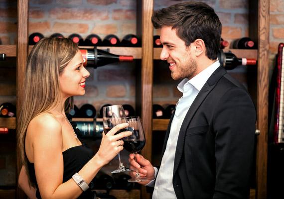 A tekintetnél kevés beszédesebb dolog van: ha a férfi egyenesen a szemedbe néz és mosolyog, miközben társalogtok, minden bizonnyal szimpatikusnak talál, és érdeklődik irántad.