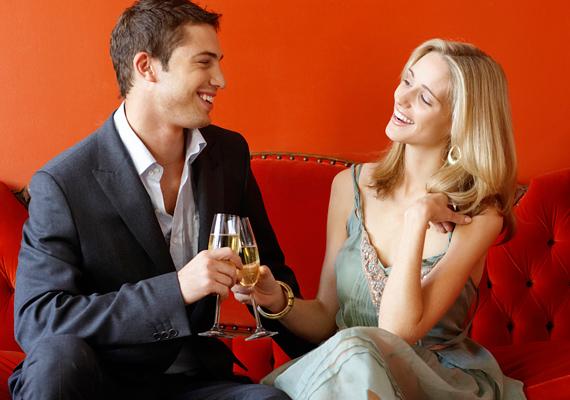 Közös társaságotokban friss ismerősökként beszélgettek, a férfi pedig mellkassal feléd fordulva ül melletted? Minden figyelmét neked akarja szentelni, valószínű, hogy ebből randi lesz.