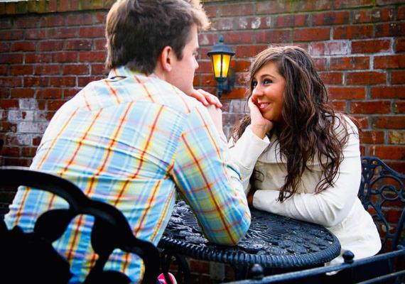 Ha a férfi beszélgetés közben, akár az első randitokon előredőlve beszélget veled, az arra utal, hogy komolyan érdeklődik irántad.