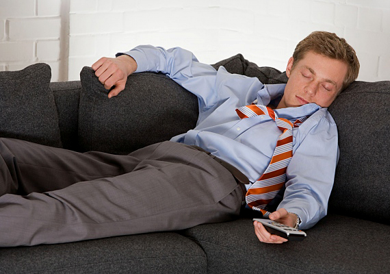 Ha egy fárasztó munkanap után hazaért, akkor sokszor jólesne neki egy kis csend, de a pasi mégsem közli veled, hogy hagyd egyedül vagy ne szólj hozzá. Ha látod rajta, hogy fáradt, adj neki egy kis időt ellazulni, és ne zúdítsd rá az egész napod eseményeit.