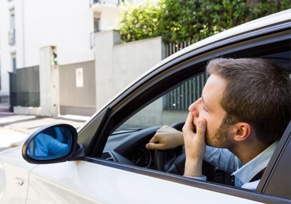 A csendes gyilkos típusA legnagyobb dugóban, koccanás miatt, vagy egy másik sofőr bicskanyitogató manővere miatt sem hagyja el egy szó sem a száját? Ha a sofőr belül majd' felrobban, de higgadtnak akar tűnni, az arra utalhat, hogy nemcsak a kocsiban, kapcsolatában is túlzottan próbálja moderálni magát, meg akar felelni egy ideális képnek. Ettől belső feszültség uralkodhat benne, az átbeszéletlenül hagyott problémák pedig időzített bombaként működhetnek.