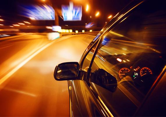 A sebesség megszállottjaVillámként száguldozik? Sorra előzgeti a kocsikat az autópályán? A férfi feltehetően nem szeret lacafacázni, vacakolni, viszont szereti feszegetni a határait, szereti az izgalmakat. Problémamegoldásban is célratörő, nem híve a hosszas beszélgetéseknek. Kissé türelmetlen lehet, elhúzódó válsághelyzetekből pedig inkább kilép, mert úgy érezheti, visszafogja a kapcsolati nehézség.