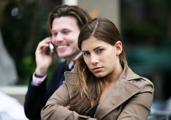 Ha a férfi egész idő alatt nem tud elszakadni a telefonjától, például gyakran nézegeti, vajon mennyi figyelemre számíthatsz tőle később?