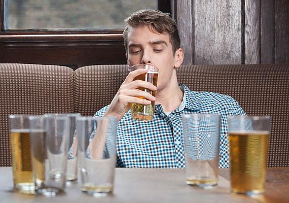 Némi alkoholnak helye lehet a randin, de óvakodj a férfitól, aki alaposan leissza magát a találkozón.