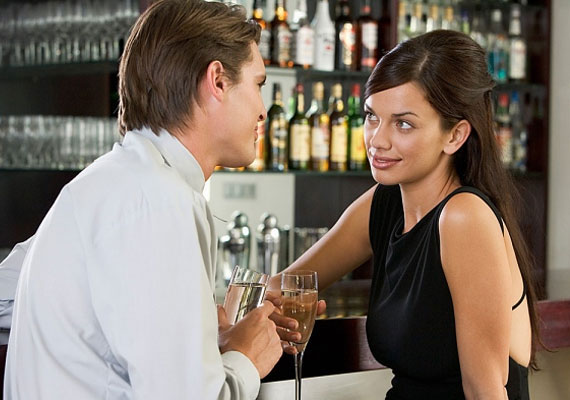 Lehet, hogy a férfi zavarában túl sokat beszél magáról. Azonban ha elfelejt kérdezni rólad is, könnyen lehet, hogy tényleg csak saját maga érdekli.