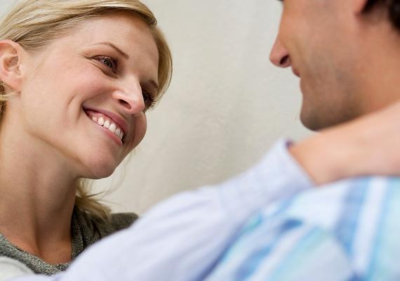 Ha már szóba elegyedtetek, pillants olykor a szájára. Két-három másodpercig akár rajta is tarthatod a tekinteted.