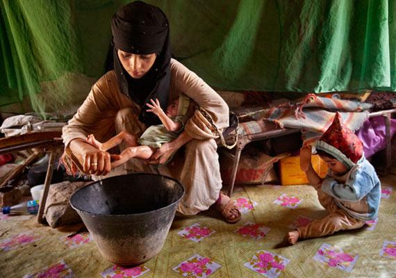 A 14 éves, jemeni Asia már kétgyermekes anyuka, újszülött babáját fürdeti. Még nem épült fel a szülésből, és nem jut hozzá a megfelelő egészségügyi ellátáshoz sem.