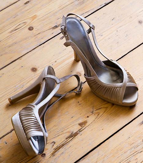 MagassarkúHa szexre kerül a sor, nem kell rögtön mindent levenni magadról. Akad pasi, aki kifejezetten kedveli a nem szokványosan hiányos öltözéket. Felejtsd magadon a legmagasabb sarkú cipődet: biztos lehetsz benne, hogy nem szid meg érte, ha ebben lépsz a szőnyegre. Bár a legszexibb egy magas szárú bőr vagy lakk csizma, egy igazán nőies cipő is megteszi.