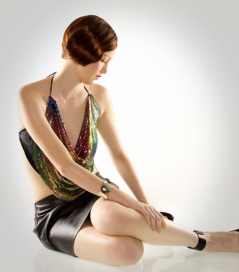 Miniszoknya A miniszoknya karrierje nem véletlenül töretlen, amióta csak Mary Quant megálmodta a 60-as években: a sokat sejtető ruhadarab a férfiak örök kedvence. Nem csak az utcán veheted azonban hasznát: ha elfelejtesz alá bugyit venni, kifejezetten szemérmetlen viselet lehet a hálószobában is. Kapcsolódó cikk: Szexhoroszkóp: miről álmodozik a pasid? »