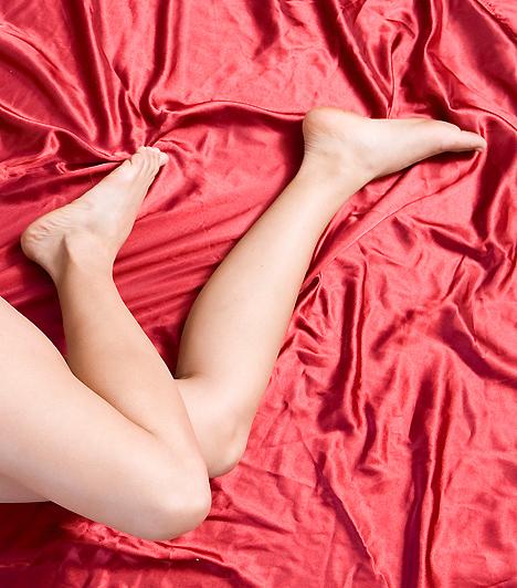 Vérforraló ágyneműA szexi hangulathoz nem elég magadat öltöztetned, a környezetedről sem érdemes megfeledkezni. Ha legtöbbször a hálószobában bújtok össze, szerezz be néhány szebb ágyneműt, és feledkezz meg a régi fehér lepedőktől! Ha szeretnéd, az ágyat is öltöztetheted vörösbe, így már csak néhány gyertya kell a romantikusan szenvedélyes hangulathoz.
