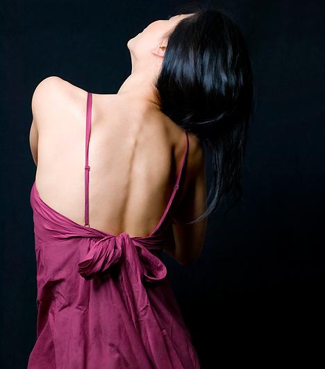 Szexi ruha Ha szenvedélyes estére vágysz, ne csak a fehérneműdre gondolj! Amennyiben nem rögtön a hálóban kezdetek, de egy romantikus vacsorával szeretnéd felvezetni az együttlétet, válassz egy alkalomhoz illő ruhát. Nem árt, ha gondolatébresztő szabásvonalakkal rendelkezik: kivillanó hátad vagy szép dekoltázsod remek ízelítő lehet párod számára.