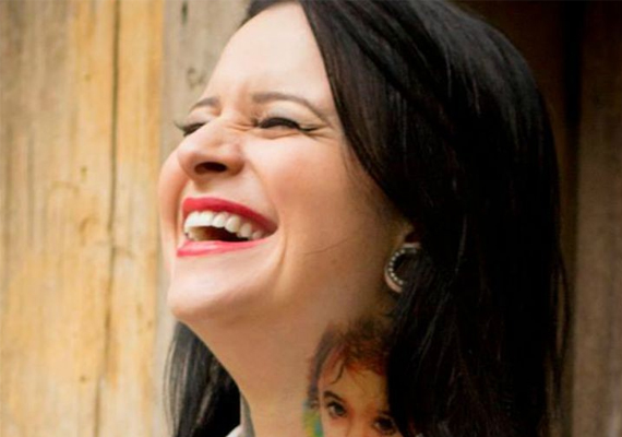 És ő pedig maga Flavia Carvalho, aki oly sok áldozatnak segít és segített visszatérni régi életéhez.