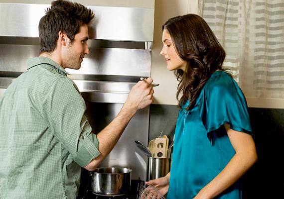 A pasiknak minden jól áll, ami házimunka. Persze nem egyszerűen azért, mert a nő helyett csinálják. A porszívózás, a vasalás, a mosogatás és főleg a főzés még szexibbé varázsolja a férfit, mint amilyen egyébként. Pláne, ha az Adonisz szíve hölgyének főz.