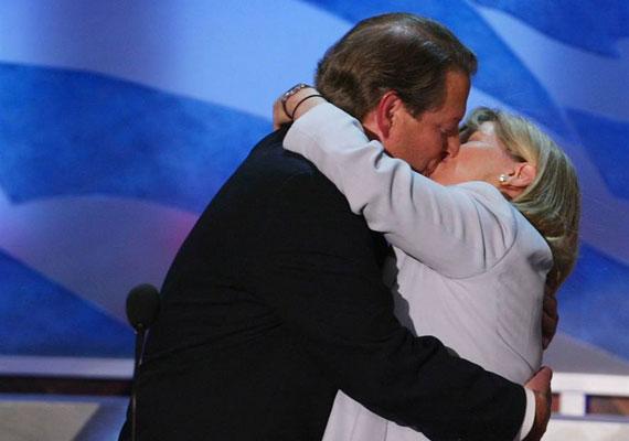 Al Gore amerikai politikus és feleségének csókja 2004-ben a Demokrata Párt ülésén.