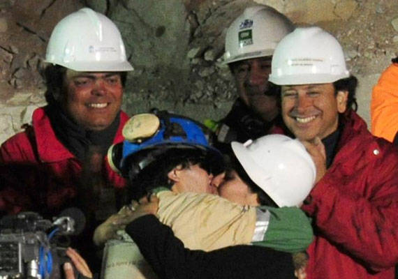 A 69 napra föld alatt rekedt chilei bányász, Osman Araya kiszabadulása után - és a feleségének adott első csók.