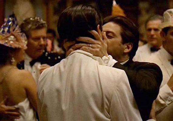 Az 1974-es Keresztapa 2-ben Corleone így szól fivéréhez - Tudom, hogy te voltál, Fredo! A szívem szakad meg! - majd megcsókolja.