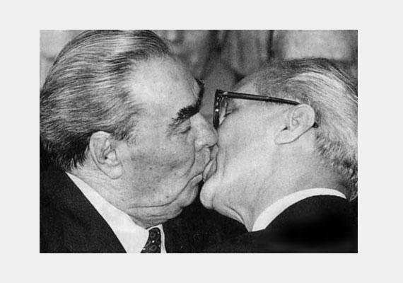 Erich Honecker és Leonid Brezsnyev 1979-ben a politikai szolidaritás és testvériség megpecsételésének jegyében csókolta meg egymást.