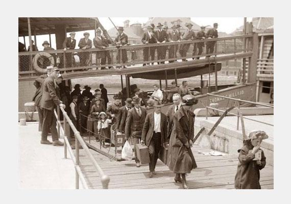 Az Ellis Islanden található Kissing Post azoknak az időknek állít emléket, amikor az Amerikába hajóval érkező emigránsok és az őket ott váró rokonok csókkal köszöntötték egymást.