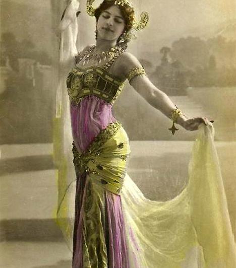 Mata Hari  Margaretha Geertruida Zelle Leeuwardenben született. Később, kurtizánként vette fel a japános hangzású Mata Hari álnevet, majd több híres ember szeretője is volt. Az I. világháború idején Franciaország, Spanyolország és Anglia között utazgatott, és kurtizán-kémnőként dolgozott szülőhazájának.
