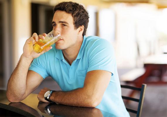 ElfordulvaHa a férfi a randi közben folyton a messzeségbe néz, szinte elfordulva ül, és az itala jobban foglalkoztatja, mint te, az sajnos nem túl jó jel. Vagy iszonyú beképzelt, vagy nem tetszel neki. Tipp: vedd fel a nyúlcipőt.