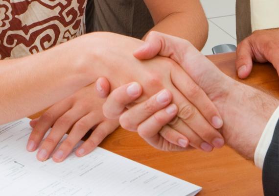 """Erőtlen, helytelen kézfogás                         Az abszolút rossz kézfogás az úgynevezett """"döglötthal-kézfogás"""", amelynek beszédes neve nem hiábavaló: a partner kezében a másik ember keze, mint egy élettelen dolog, lelankad. Szinte csak az ujjait nyújtja, nem fogja át rendesen, és nem is szorítja meg finoman a kezét. Ez a kézfogás csiszolásra szorul. Ha így fogsz kezet, határozatlan, gyenge, befolyásolható embernek vélhetnek elsőre, semmi céltudatossággal vagy jártassággal a tarsolyodban."""