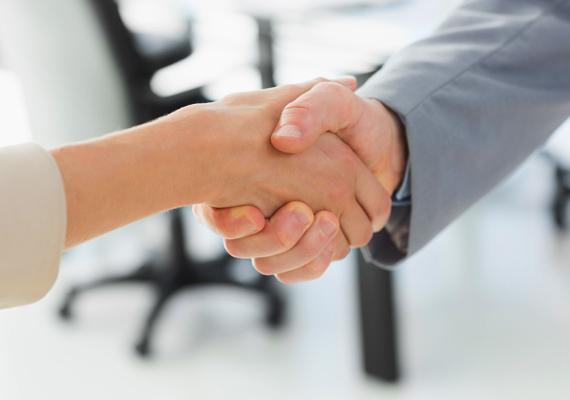 Helyes kézfogás                         A helyes kézfogás határozott, de nem bántóan erős, a partnerrel tenyerek egymásba simulnak, a folyamatot pedig egy apró rázó mozdulat kíséri, természetesen mindvégig szemkontaktussal. Ha így fogsz kezet, az első benyomás pozitív lehet rólad. Magabiztos, barátságos, nem törtető, de ambiciózus, céltudatos embernek tarthatnak.
