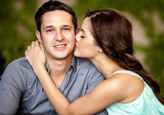 Nem az a csókolózós-puszilgatós típus a párod? Inkább te neki, és nem ő ad neked csókokat? Ez nem annyira jó jel, be kell valljuk, hiszen a csók a szerelem kifejezőeszköze, és aki szerelmes, az szívesen kényezteti csókokkal párját. Persze van, aki nem annyira szeret csókolózni, de ha a párod nem kompenzálja ezt a dolgot sok öleléssel, simogatással és szép szavakkal, aggodalomra lehet okod.