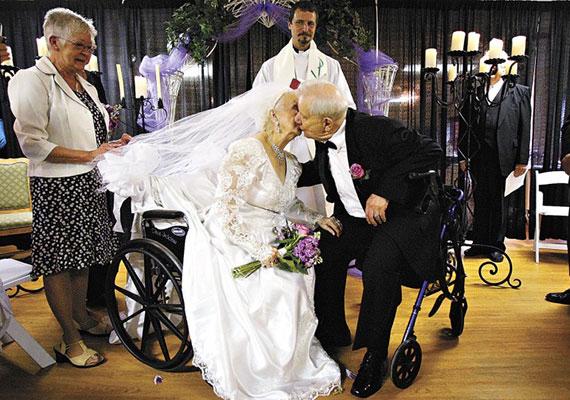 Tolószékben, de boldogságban úszva mondta ki az igent ez a pár a menyasszony 100. születésnapján.