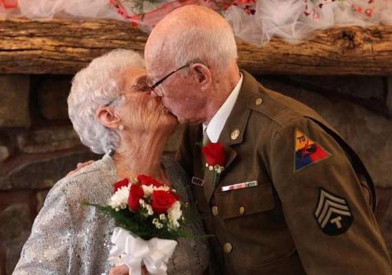 A második világháború miatt sebtében összeházasodott pár végre igazi lagzit csapott.
