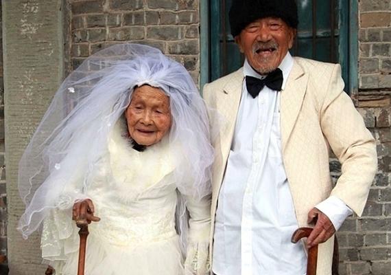103 éves menyasszony és 101 éves vőlegény megindító esküvői fotója.