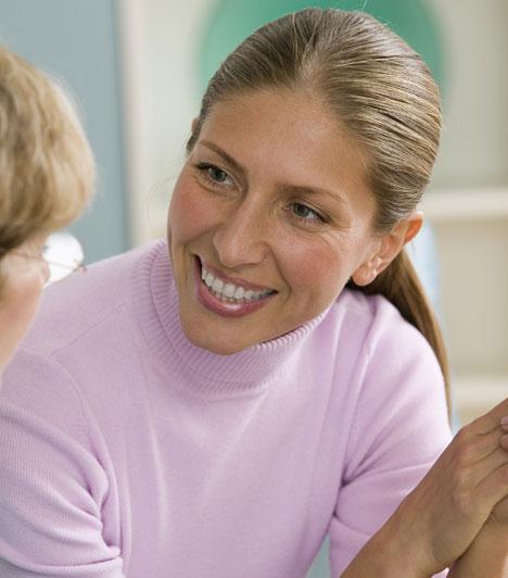 Fejmozgás                         A fejmozgás is fontos kifejezőerővel bír: az érdeklődésedről tanúskodik. Ha te beszélsz, bólogass hármasával, ha pedig hozzád beszélnek, hajtsd félre a fejedet, az állad nézzen előre.