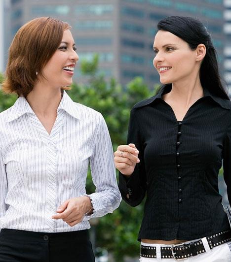 Nyitott testtartás                         Ne keresztezd magad előtt sem a lábaid, sem a kezeid, mert ez azt tükrözi, hogy elzárkózol a beszélgetőpartnered vagy az elhangzó információk elől. Ha megnyílsz és felé fordulsz, azzal azt sugallod, fogadókész vagy.                         Kapcsolódó cikk:                         20 másodperc kell, hogy jó benyomást kelts »