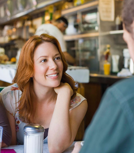 Kifejező mimika  Minél több érzelmet tükröz az arcod, annál inkább bizalmat ébreszthetsz a beszélgetőpartneredben. Fontos a szemkontaktus, ezért nézz minél gyakrabban a szemébe, de ne fixáld, mert ez inkább gyanakvást és ellenségességet kelt.  Kapcsolódó cikk: Honnan tudhatod, hogy hazudik a párod? »