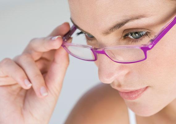 Alkalmanként szemüveget visel.
