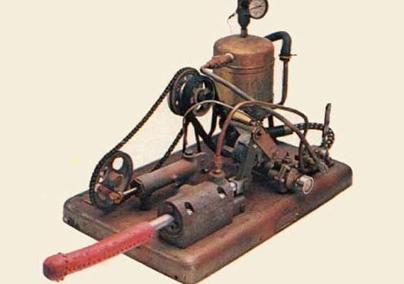 Az első klasszikus értelemben vett vibrátort az amerikai fizikus, George Taylor fejlesztette ki, és gőzmeghajtással működött.