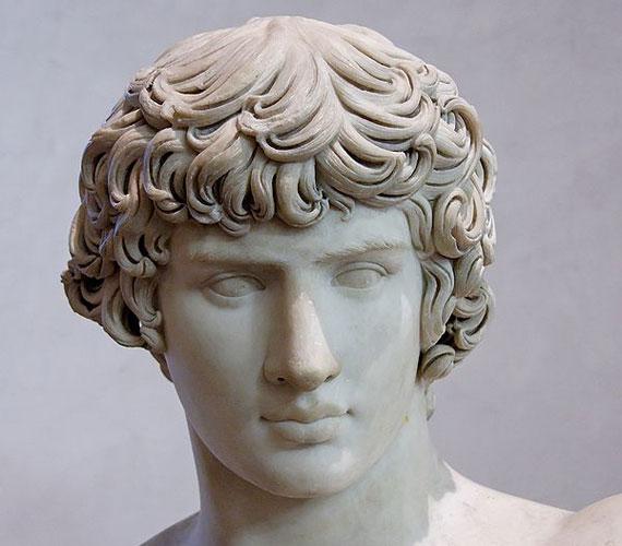 És a szimmetrikus arcvonásokat. Antinóoszt, Hadrianus császár szeretőjét tartották az ókor legszebb férfijának.