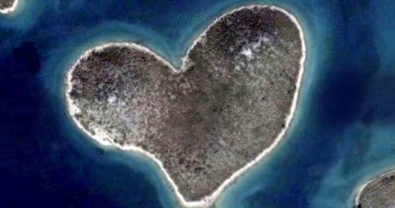 A Google Earth tette híressé a horvátországi Galesnjak szigetét, melyet azóta a szerelem szigeteként is számon tartanak.